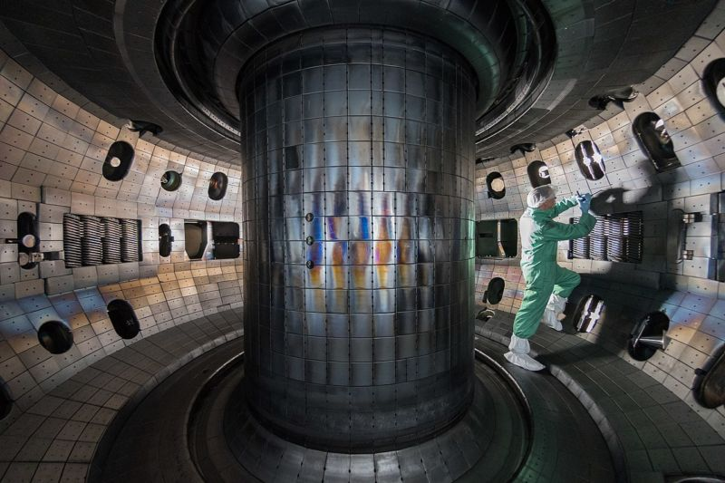 "Physicists ""flip the D"" in tokamak, get unexpectedly good result"