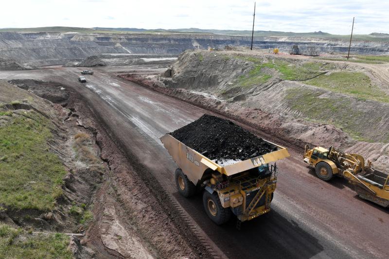 Угольный грузовик у шахты.