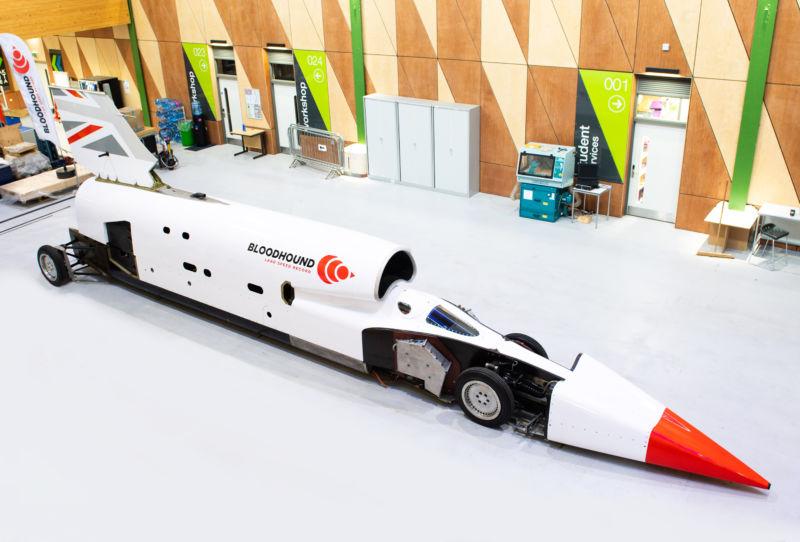 Hexbyte - Tech News - Ars Technica | Needle-shaped rocketcar in a high-tech garage.