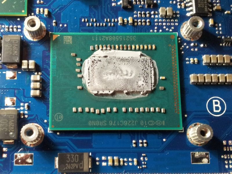 An uncovered Intel Core i5-3210M (BGA) inside of a laptop.