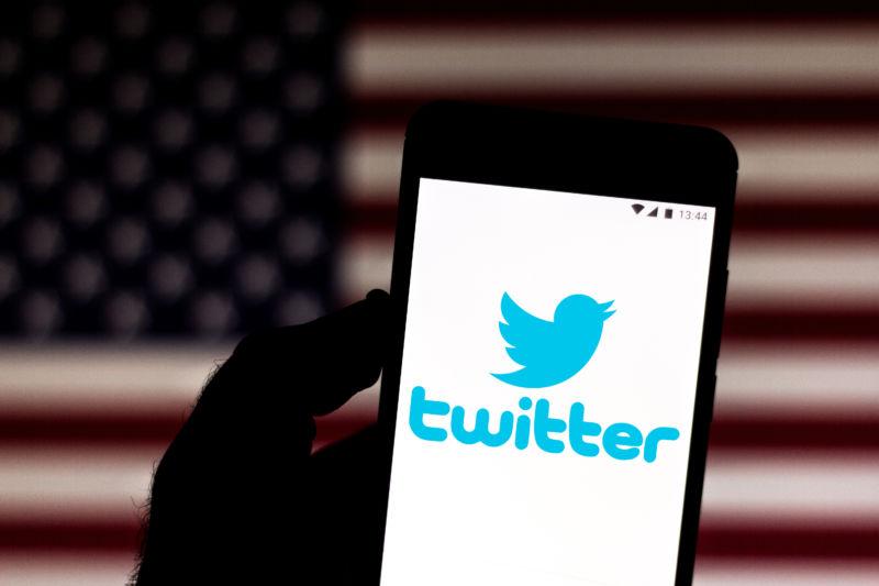 Un logo pe Twitter afișat pe un smartphone.