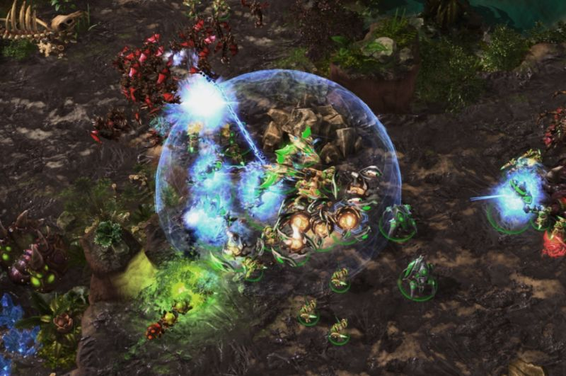 AlphaStar (Protoss, in green) dealing with flying units from the Zerg players with a combination of anti-air units (Phoenix and Archon).