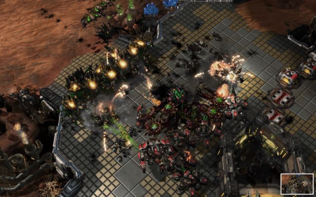 AlphaStar (Zerg, in green) winning a final encounter using late-game, high-tech units.