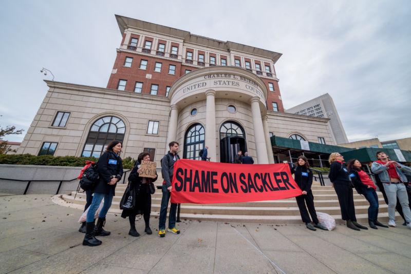 Protestatarii susțin semn care spune