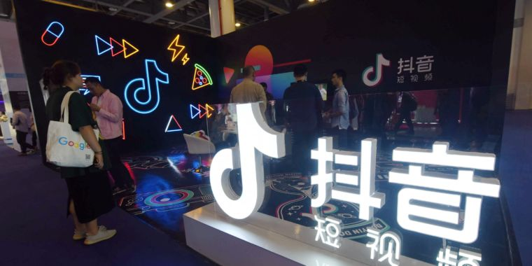 """Trump administration """"looking into"""" ban on TikTok, other Chinese apps thumbnail"""