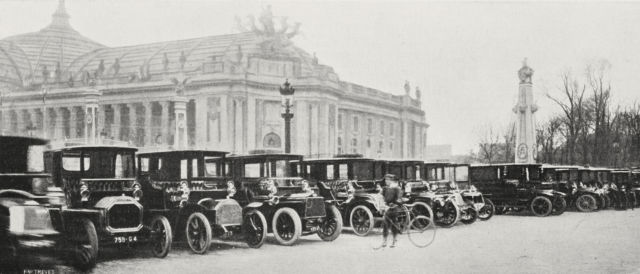 The duty cars in front of the Grand Palais at the 1906 Paris Motor Show. <em>Credit:Getty Images / M Branger, from L'Illustrazione Italiana / DEA / BIBLIOTECA AMBROSIANA.</em>