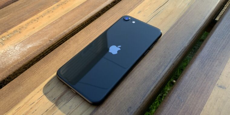photo of Report: Apple will introduce a new iPhone SE with A15, 5G in early 2022 image