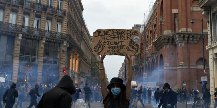 Tear gas is more dangerous than police let on—especially during the pandemic