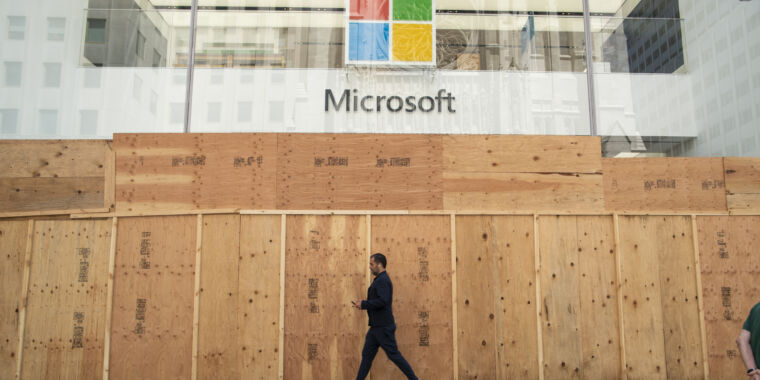 """Microsoft's """"new approach"""" to retail stores: Closing them forever thumbnail"""