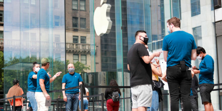 Apple to close some stores in states where virus cases are rising thumbnail
