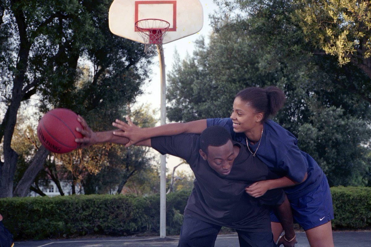 Omar Epps and Sanaa Lathan play two ambitious basketball players who fall in love in <em>Love and Basketball</em>.