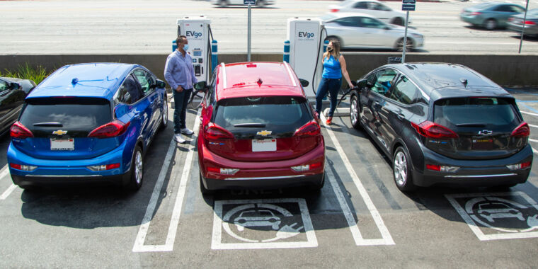 GM teams up with EVgo to deploy more than 2,700 new DC fast chargers thumbnail