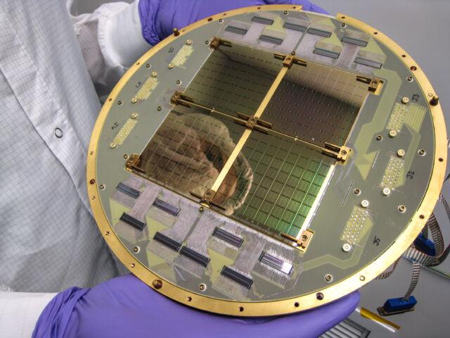 El plano focal del telecopio de microondas BICEP2 está diseñado para funcionar a 0,25 K (0,25 grados Celsius por encima del cero absoluto) para reducir el ruido térmico.  Todos los circuitos de esta cámara incorporan superconductividad, desde los 512 bolómetros TES hasta los multiplexores SQUID y las trazas de PCB superconductoras.