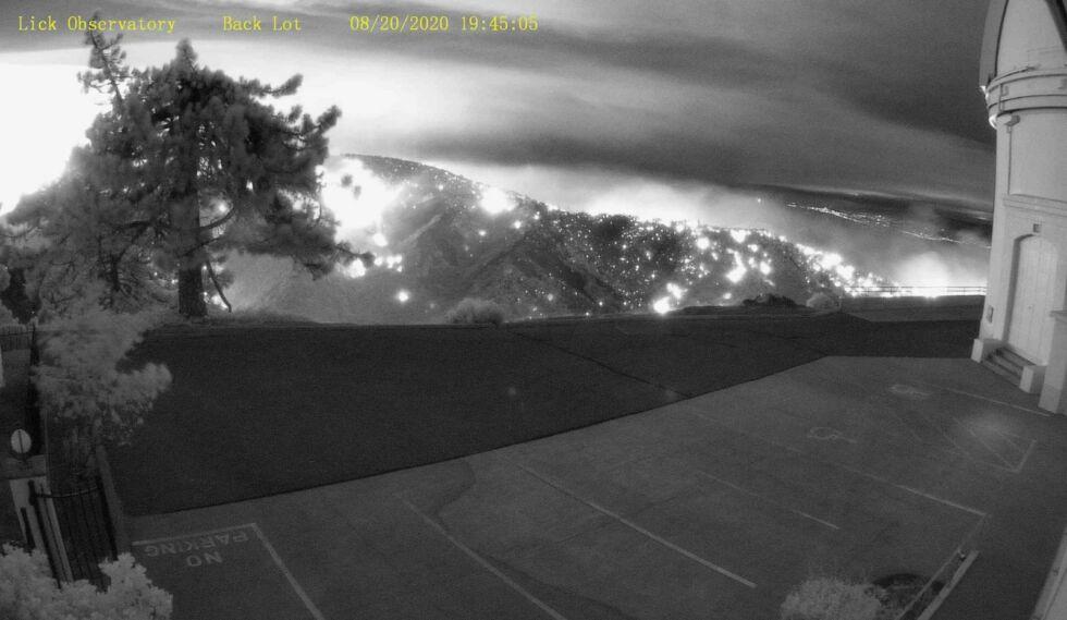 Возле обсерватории Лик горит пожар