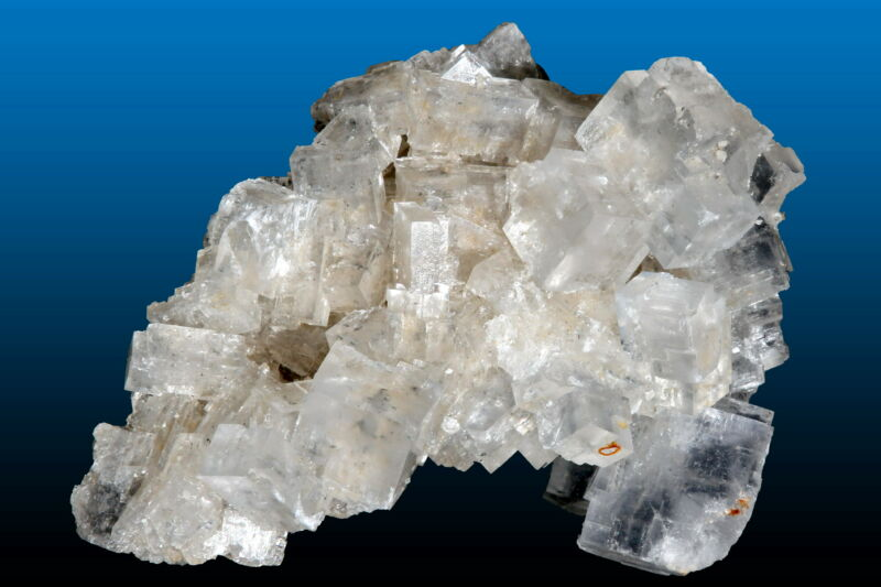 Image of a large crystal of salt.