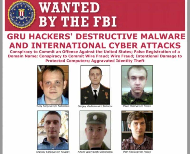 Los rostros de 6 hombres bajo una pancarta que dice BUSCADO POR EL FBI.