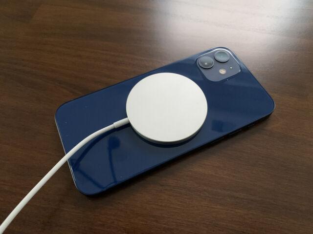 Зарядний пристрій Apple MagSafe, підключений до iPhone 12.