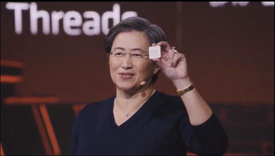 Генеральный директор AMD Лиза Су демонстрирует процессор Zen 3 на сегодняшнем мероприятии AMD Gaming - скорее всего, Ryzen 9 5900X или Ryzen 9 5950X.