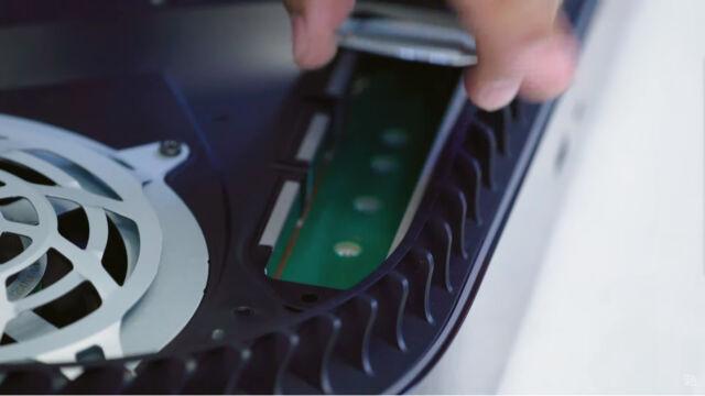 Este panel para expansión de almacenamiento PCIe se puede abrir con un destornillador.