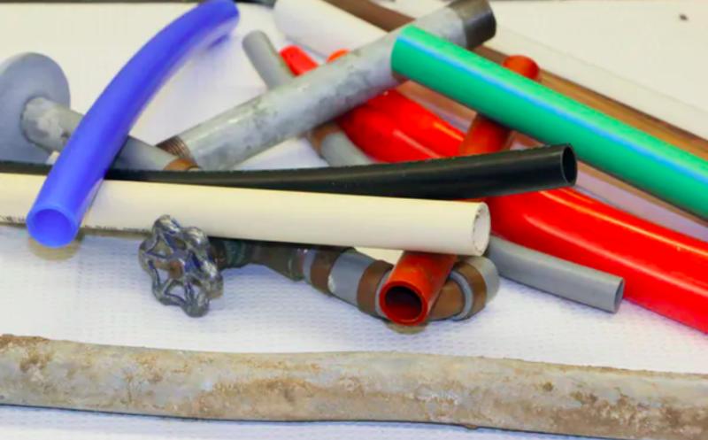 برخی از انواع متداول لوله های آب آشامیدنی: پلاستیک سیاه HDPE است.  سفید PVC است؛  زرد CPVC است  قرمز ، مارون ، نارنجی و آبی PEX هستند.  سبز PP است  و خاکستری پلی بوتیلن است.  لوله های فلزی سرب ، آهن و مس هستند.