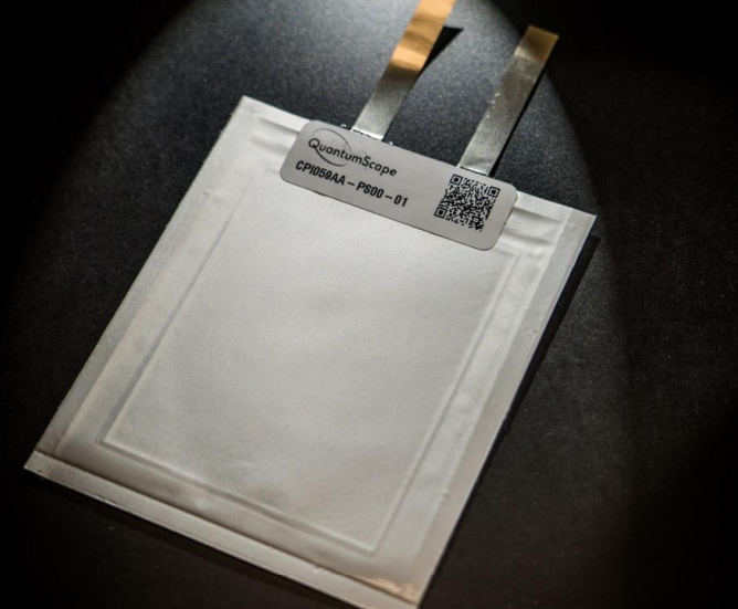 Eine harmlose weiße Karte auf einer schwarzen Oberfläche.