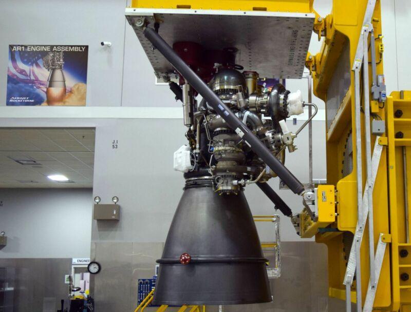 موتور موشکی در حال ساخت در یک ماموت ، آشیانه با دیواره های سفید.