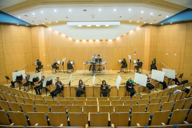 شانزده نوازنده ویولن در یک آزمایش شبکه ای شرکت کردند که در آن آنها به یک سیستم رایانه ای متصل بودند و فقط صدای دریافتی از رایانه را می شنیدند.
