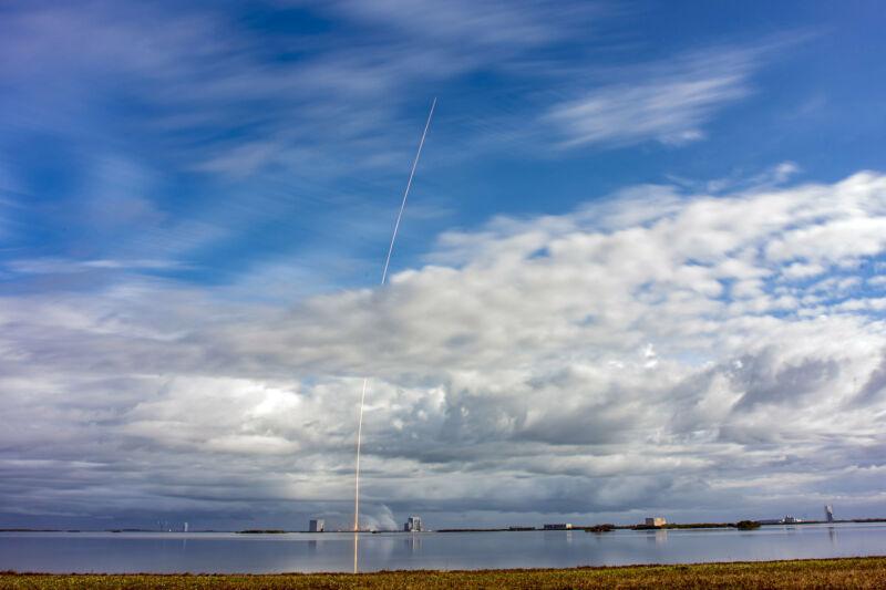 یک نوار شعله ابرها را می شکافد و به آسمانی آبی زیبا تبدیل می شود.