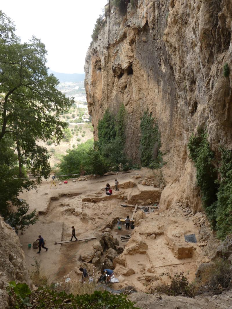 ال سالت یک پناهگاه سنگی در فضای باز است که در ته صخره سنگ آهک قرار گرفته است.  شواهد باستان شناسی به ما می گوید که نئاندرتال ها از حدود 60،700 تا 45،200 سال پیش در اینجا زندگی می کردند.