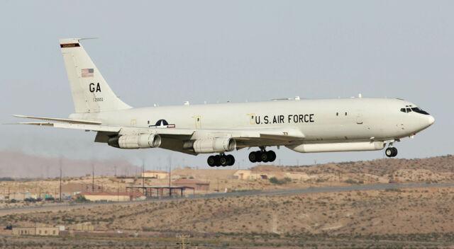 هواپیمای E-8 JSTARS (تبدیل شده از هواپیمای بوئینگ 707) در سال 2006 در پایگاه نیروی هوایی نلیس فرود آمد.