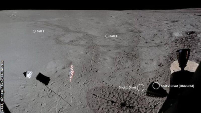 این تصویر شامل شش عکس است که توسط ماژول ماه Apollo 14 گرفته شده ، برای نمایش صحنه فرود ، همراه با مکانی که آلن شپارد از آن به دو توپ گلف برخورد کرده است ، بهبود یافته و به صورت یک پانوراما دوخته شده است.  PLSS (کوله پشتی های پشتیبانی کننده زندگی) هر دو فضانورد نیز در سمت چپ دیده می شوند.