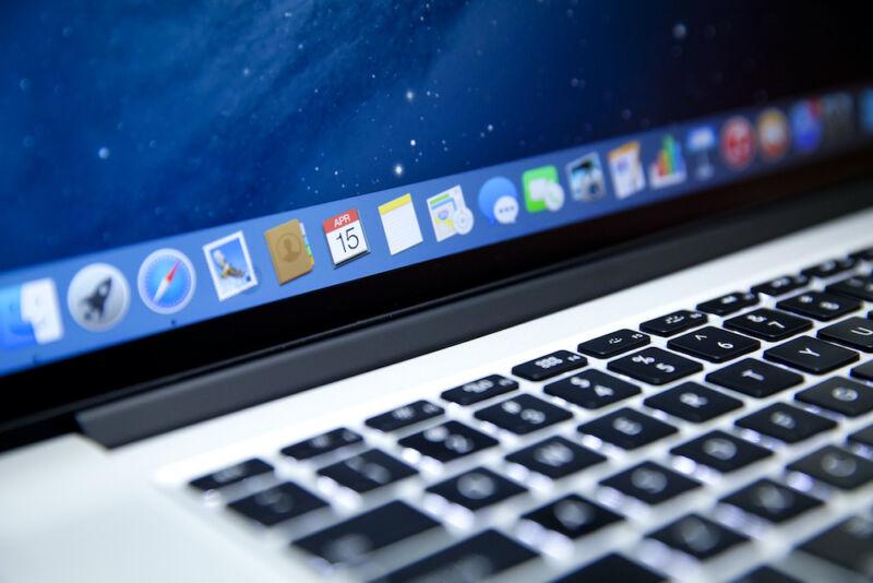 عکس نمای نزدیک صفحه کلید و نوار ابزار Mac.