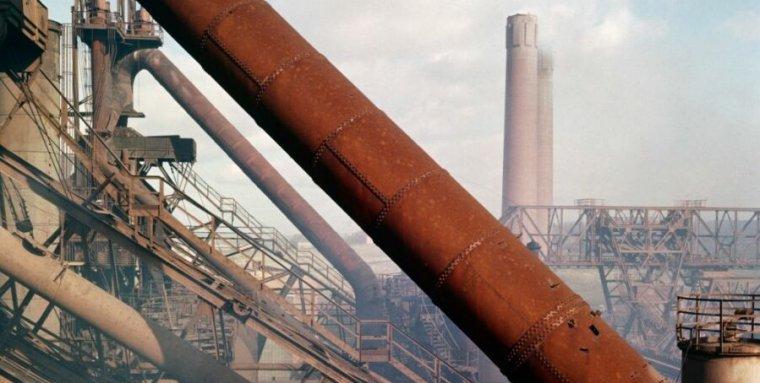 在工业建筑工地,铁锈覆盖着一根管子。