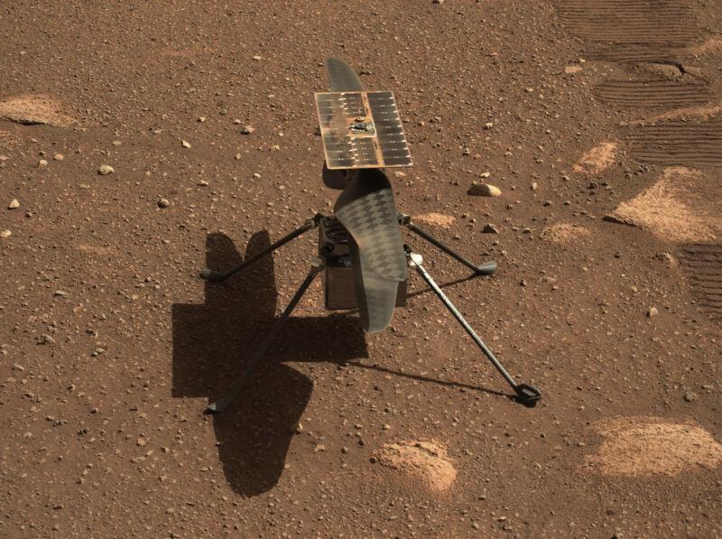 L'elicottero Ingenuity Mars della NASA in un primo piano del Mastcam-Z, la coppia di telecamere zoomabili sul rover Perseverance, è visto qui.