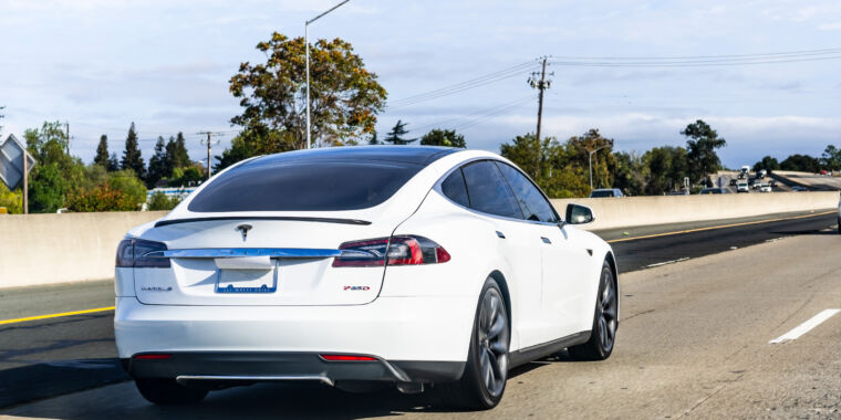 """<p>Cops""""almost 99.9% sure"""" Tesla had no one in the wheel Prior to Fatal crash thumbnail"""