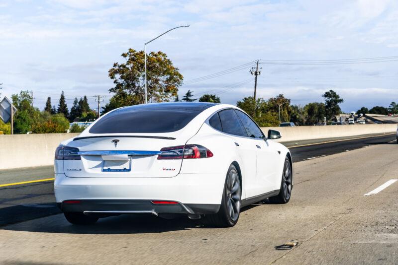 "Cops ""almost 99.9% sure"" Tesla had no one at the wheel before deadly crash"