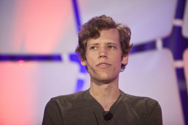 Christopher Poole, fundador de 4chan, habla durante la conferencia TechCrunch Disrupt en Nueva York el martes 25 de mayo de 2010.