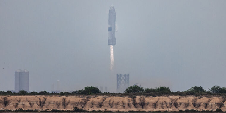 SpaceX successfully lands a Starship test flight