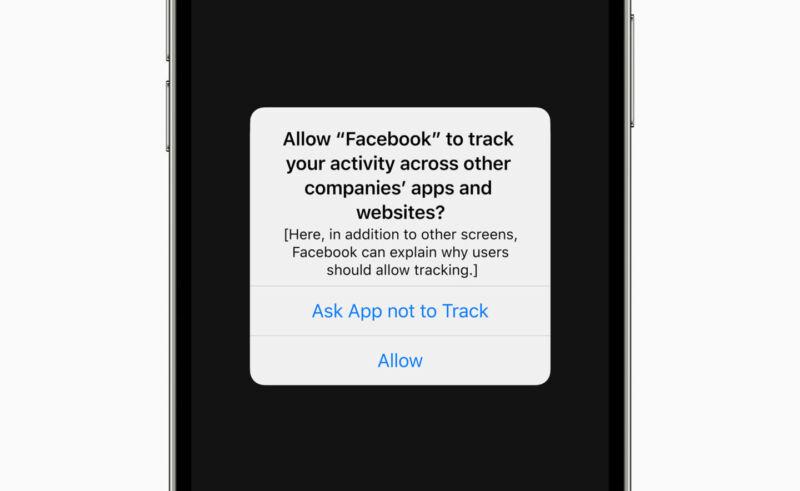 La aplicación de Facebook para iPhone solicita permiso para rastrear al usuario en este primer modelo del símbolo del sistema de Apple.