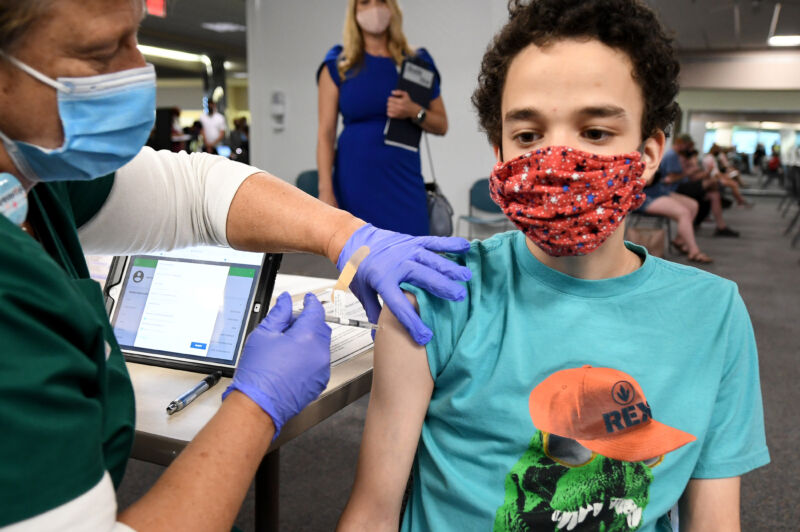 MELBOURNE, FLORIDA, 2021/05/17: A nurse gives a 16-year-old a COVID-19 vaccine at a vaccination clinic a