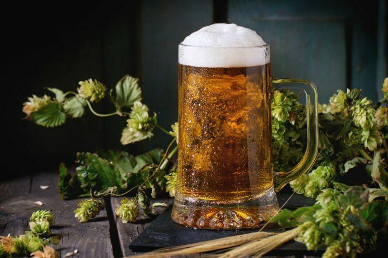 Eine kalte, eisige Tasse Bier.