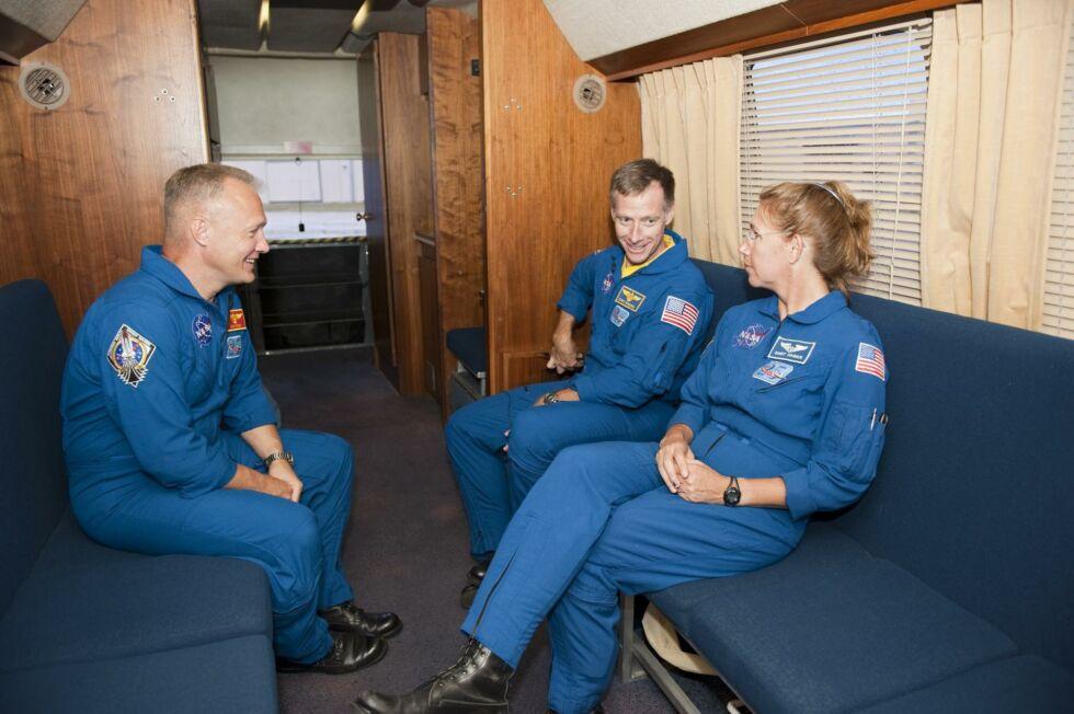 Астронавты НАСА Дуг Херли, Крис Фергюсон и Сэнди Магнус внутри Astrofan в 2011 году.