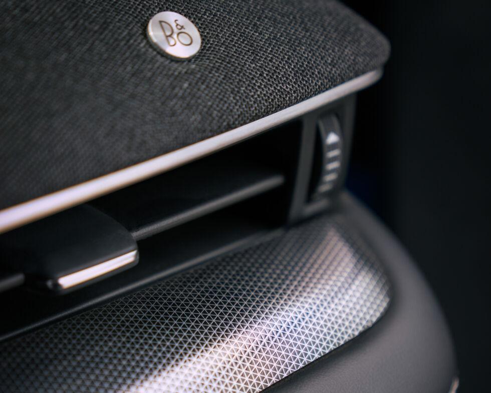 O interior é escuro, mas parece sofisticado e se encaixa no preço inicial do Mach-E GT de US $ 59.900.