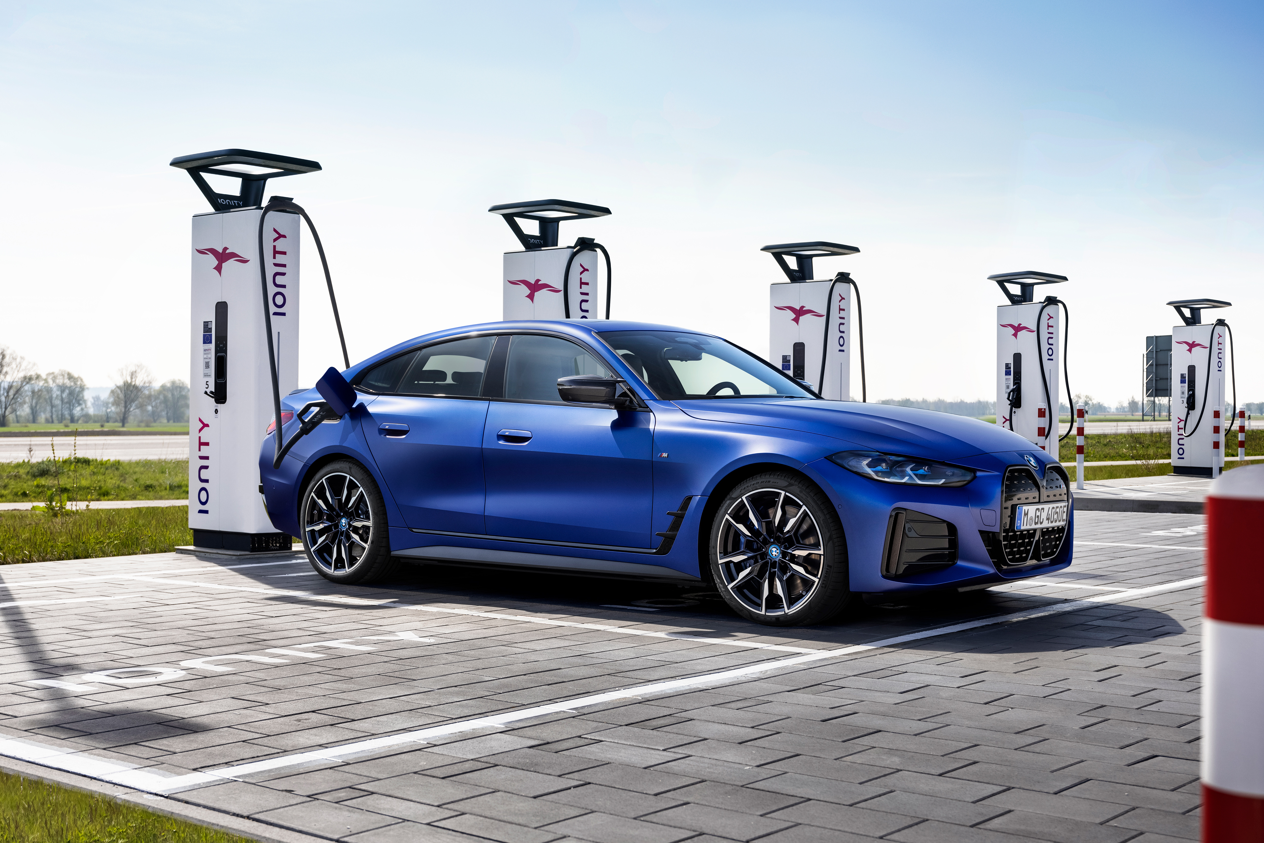 A 200 kW DC fast charger will take an i4's battery from 10 to 80 percent state of charge in 31 minutes. An AC slow charge from 10 to 100 percent will take a little less than eight hours.