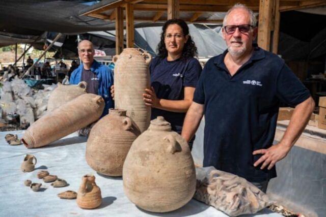 I direttori degli scavi posano con vasi di argilla e altri frammenti recuperati dallo scavo di Yavne.  (da sinistra): il dottor Elie Hadad, Liat Nadav-Ziv e il dottor Jon Seligman.