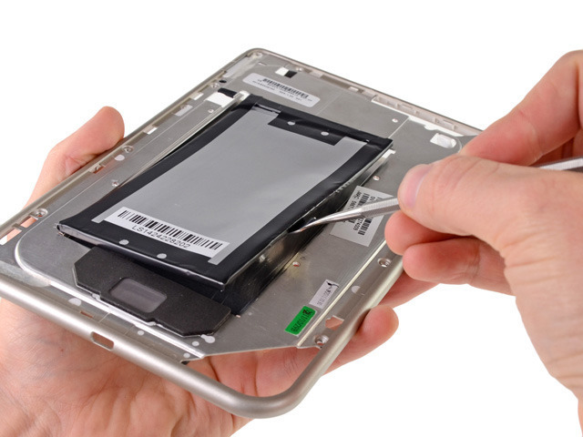 The Nook Tablet's parts are largely held together with copious amounts of adhesive, requiring lots of prying and patience.
