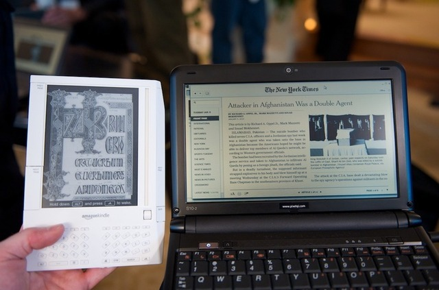 The Pixel Qi display to the right of a Kindle.