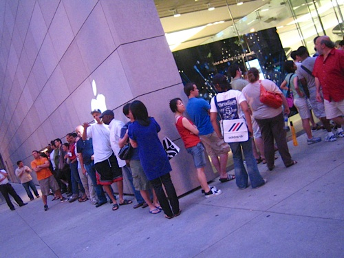 8pm on iPhone Day2, and folks are still lined up around the block.