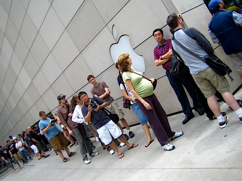 Saturday afternoon, people still waited two hours to buy the latest iPhone, including this pregnant women. According to reports, she got her iPhone before the baby was born.