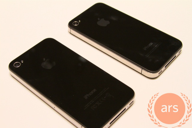 Verizon iPhone on the top (with no SIM slot on the side), AT&T iPhone on the left. Looks like both devices have the side antenna gap